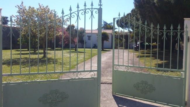 Entrée maison au 301 rue de Rabaine parking jardin commun fermé le soir par portail électrique.entrée de chez Mauricette au fond de l'allée sous le porche.